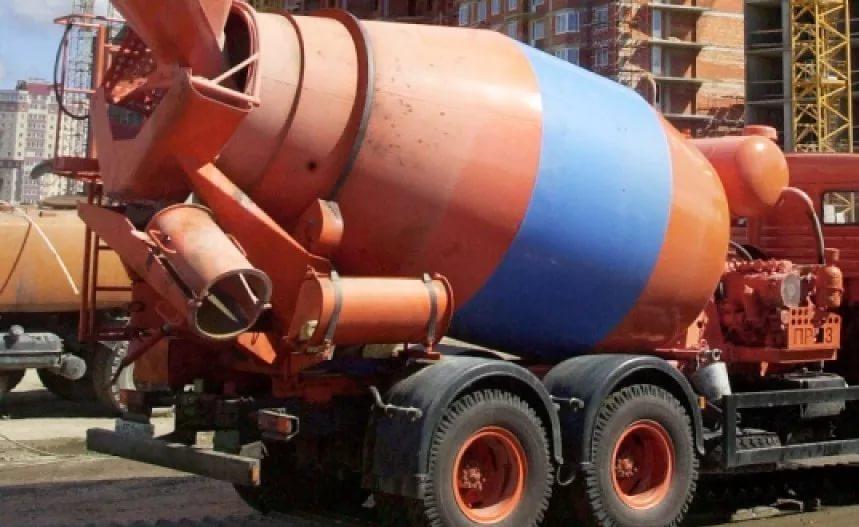 добавление воды в бетонную смесь